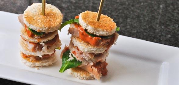 Gerookte-zwaardvis-met-sereh-crostini-en-tomaten-lavendel-dressing